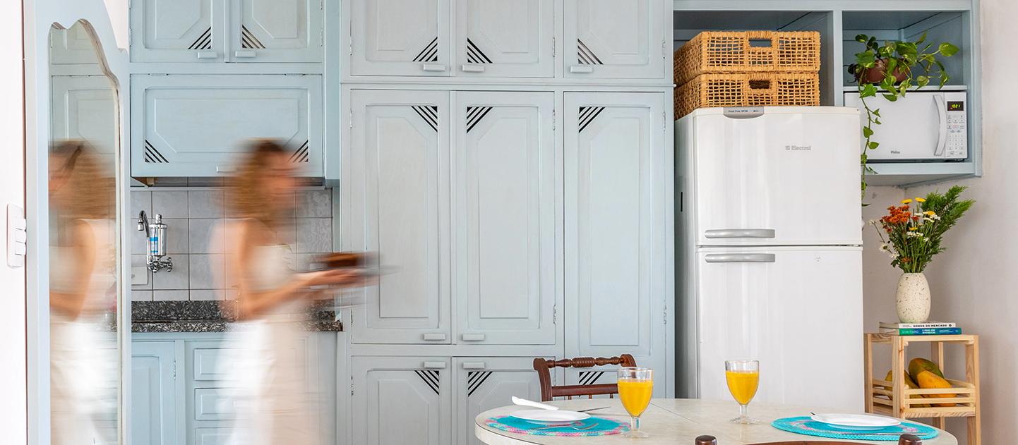 Histórias de Casa: os móveis coloridos da cozinha da Yasmin