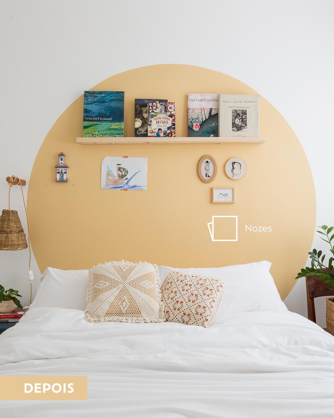 Foto de um ambiente inteiramente branco com uma cama em primeiro plano com dois travesseiros.
