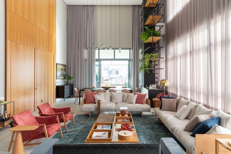Apartamento de luxo ganha decoração colorida e estilosa