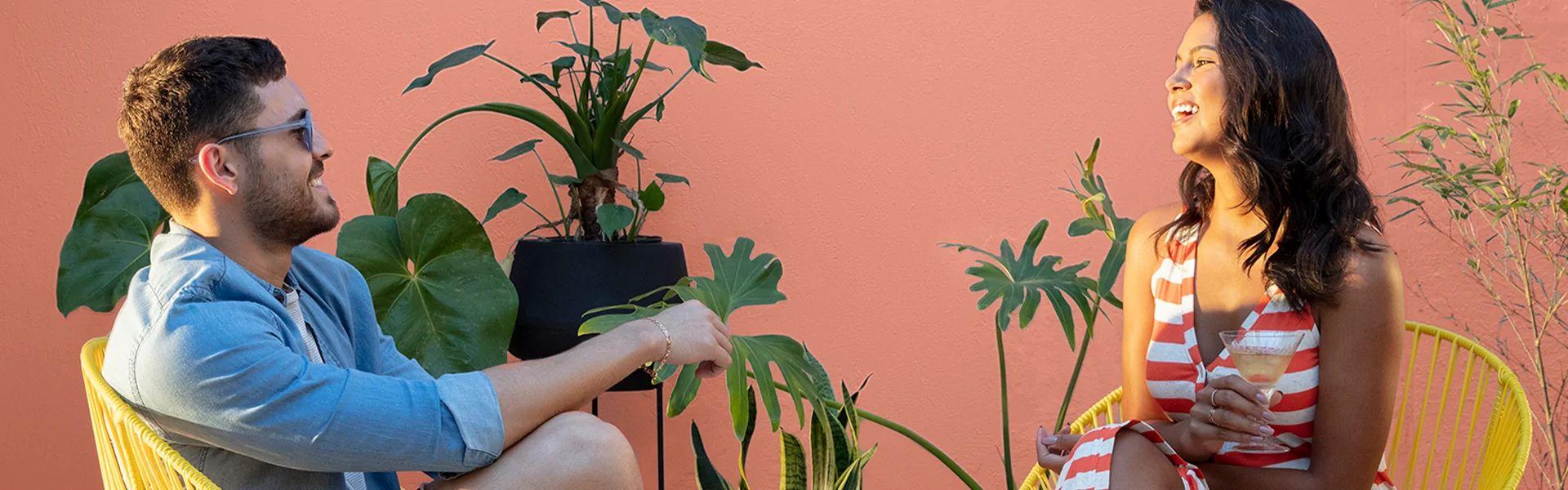 Homem e mulher conversando em ambiente externo decorado com Suvinil.