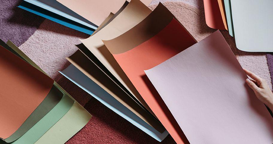 Suvinil Teste Sua Cor Adesivo posicionado em tapete para encontrar a melhor cor para o ambiente.