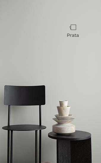 Parede pintada com Suvinil Prata, uma cor prateada e fosca, parte da nossa família de cores cinzas neutros.