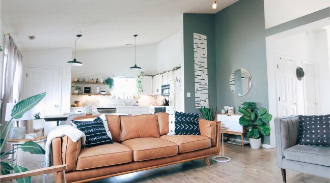 Ambiente conceito aberto com decoração moderna e paredes brancas e cinzas.