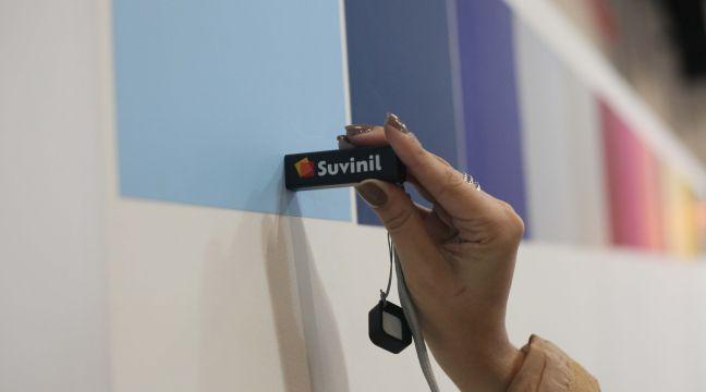 Ferramenta COLORi Suvinil sendo usada em uma parede pintada para descobrir a sua cor no APP.