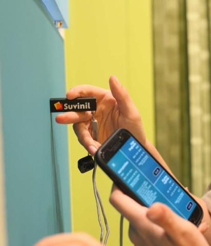 Ferramenta COLORi Suvinil sendo usada em parede pintada para descobrir a sua cor exata no Aplicativo Suvinil.
