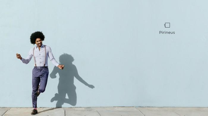 Homem dança alegremente em frente a uma parede com a cor azulada Pirineus propondo um convite a se abrir para novas cores