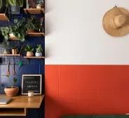 Uma decoração azul e vermelha composta por azulejos e plantas ornamentais