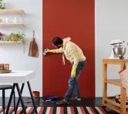Homem usando Suvinil Lousa e Cor para decorar parede.
