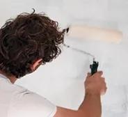Homem mostrando como preparar superfície para pintura com Suvinil.