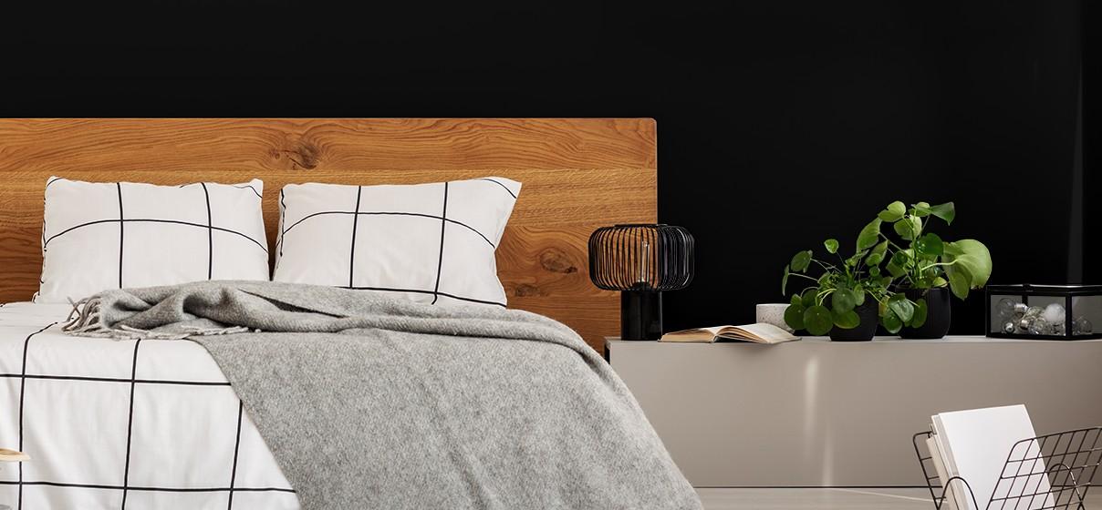 Quarto de casal com cabeceira de madeira na cama para simulação de cores Suvinil.