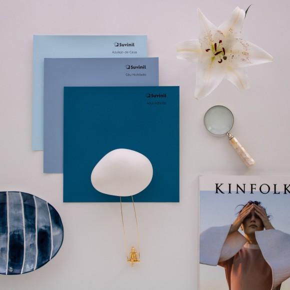 Três Adesivos Teste Sua Cor Suvinil nos tons Azul Infinito, Céu Nublado e Azulejo de Casa compõem um painel de inspiração com outros objetos na cor branca.