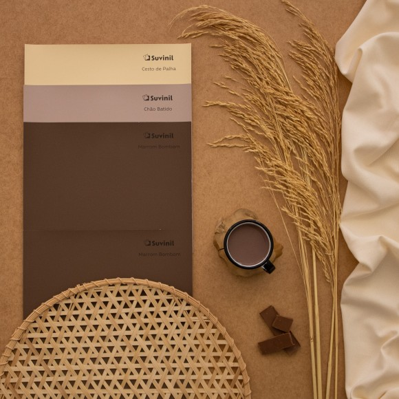 Adesivos Teste Sua Cor Suvinil nos tons naturais Marrom Bombom, Chão Batido e Cesto de Palha formam painel com inspiração nas fibras naturais..
