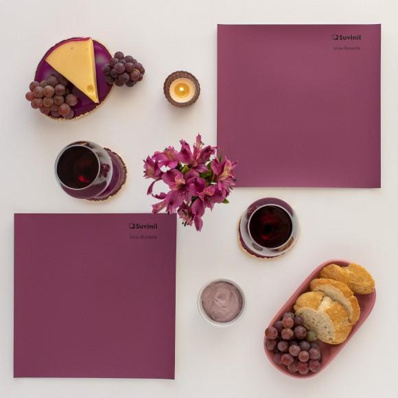 Adesivo Teste Sua Cor Suvinil na cor Uva-Rosada compondo um painel de inspiração com geléias, frutas e vinhos no mesmo tom.