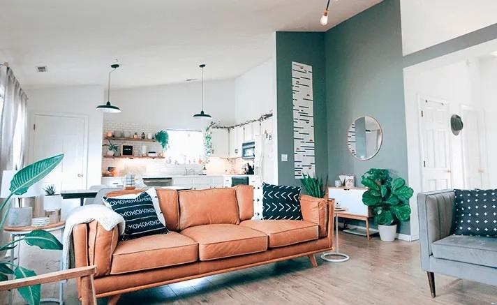 Ambiente conceito aberto com decoração Suvinil e tons claros.