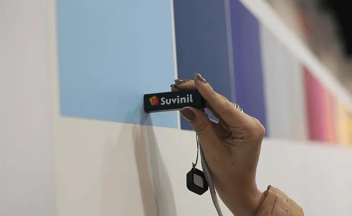 A ferramenta COLORi, com o Aplicativo Suvinil, identificam as cores das superfícies.