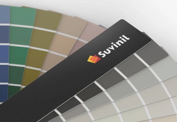 Leque de cores da Suvinil visto de muito perto, mostrando algumas de suas cores em tons acinzentados e neutros coloridos organizadas em colunas