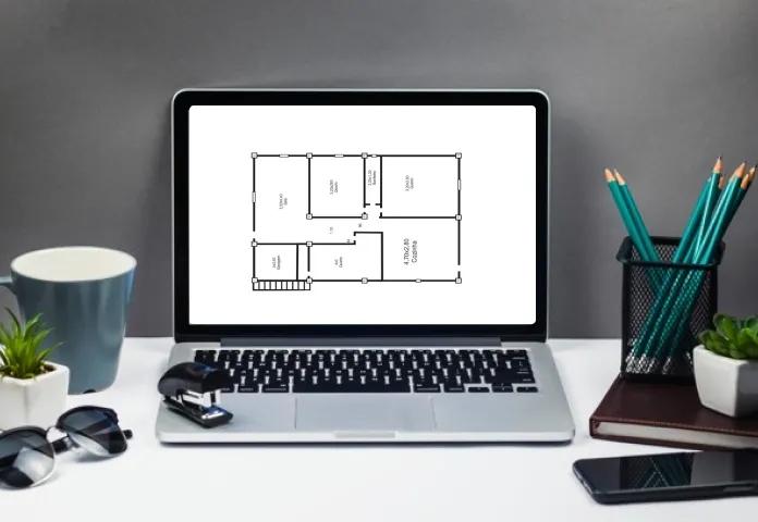 Planta de casa exposta em tela de computador para fazer o projeto da reforma com praticidade.